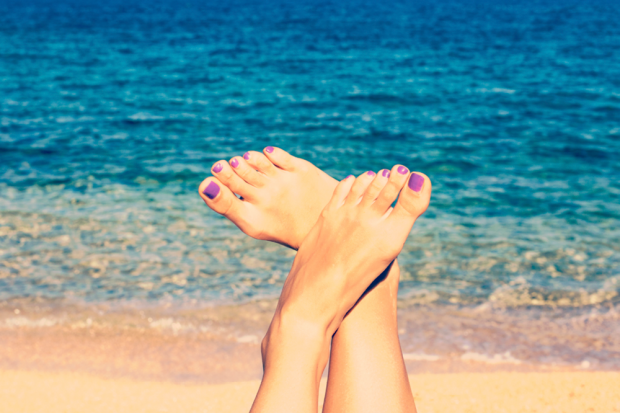 how-to-keep-your-pedicure-fresh-at-the-beach