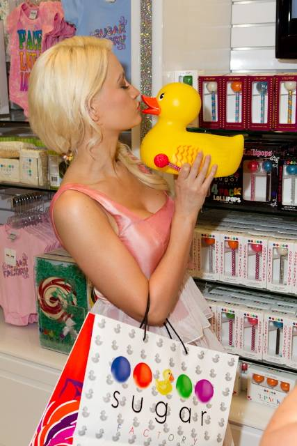Holly Madison Shops at Sugar Factory (Erik Kabik)