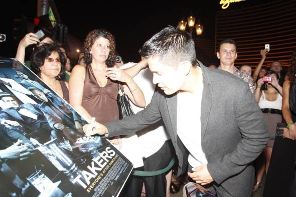 Jay Hernandez signing a TAKERS poster for fans