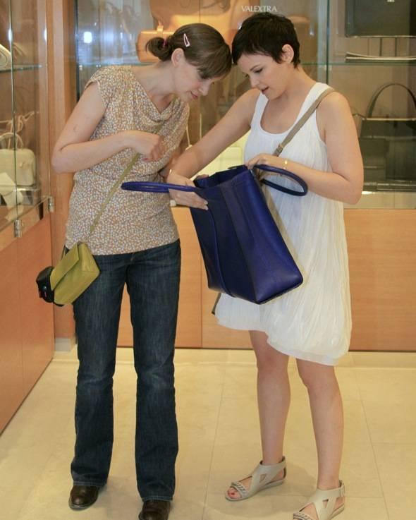 Ginnifer and sister melissa shopping for totes at barneys 3