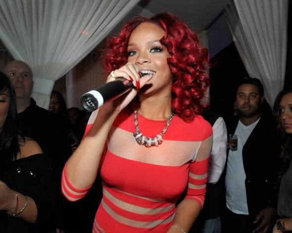 107794287DB010_Rihanna_Host