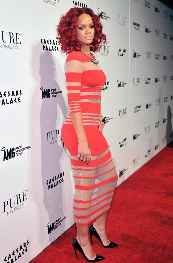107794287DB015_Rihanna_Host
