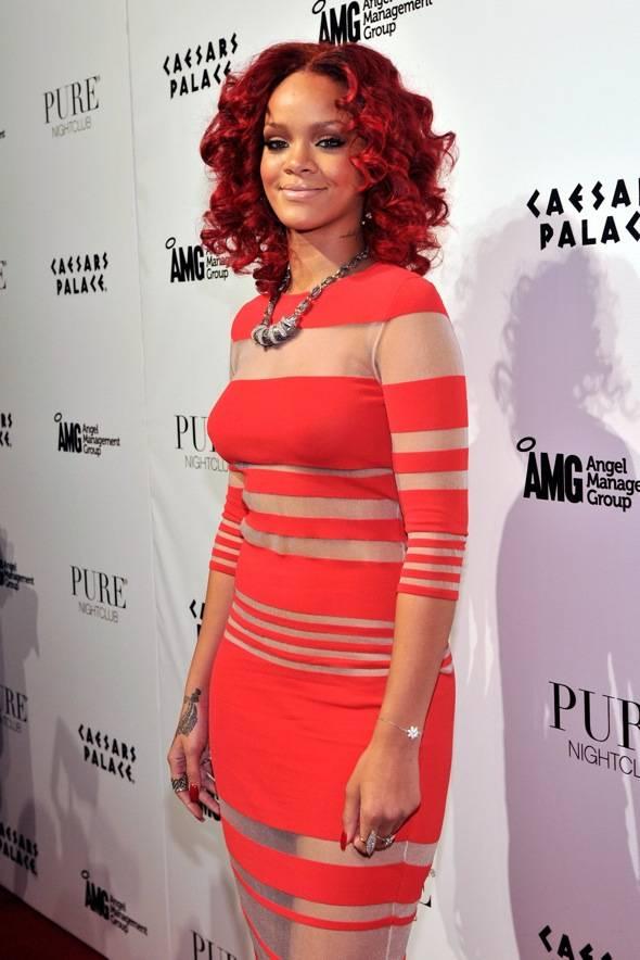 107794287DB024_Rihanna_Host
