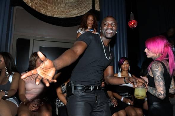 114879766DB029_Akon_perform