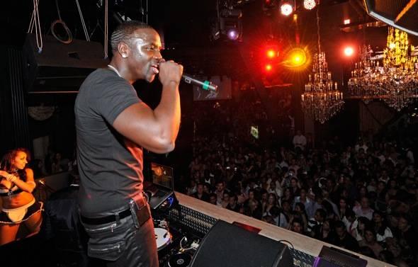 114879766DB003_Akon_perform