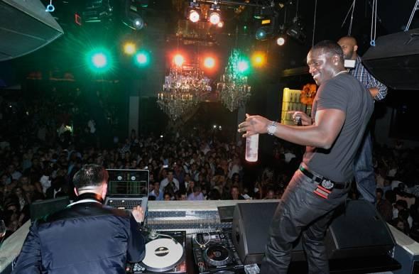 114879766DB016_Akon_perform