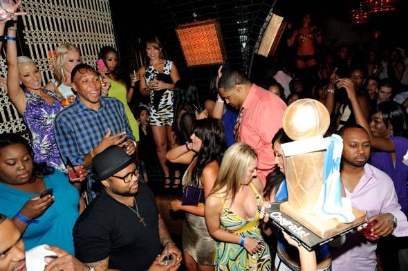 Shawn Marion receives cake_LAVO