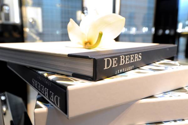 04 Silk bound luxury book De Beers Jewellery