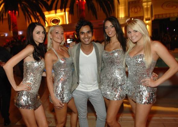 Kunal Nayyar with Surrender servers