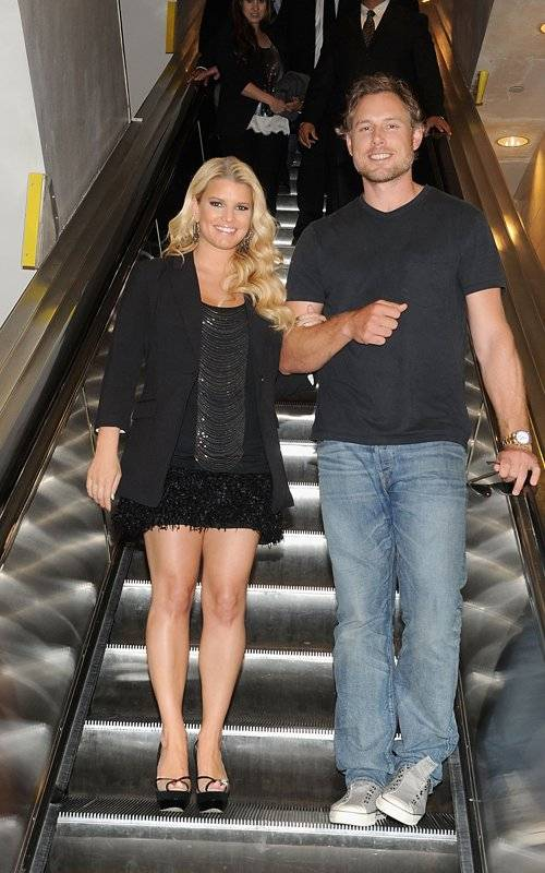 Jessica Simpson on Escalator