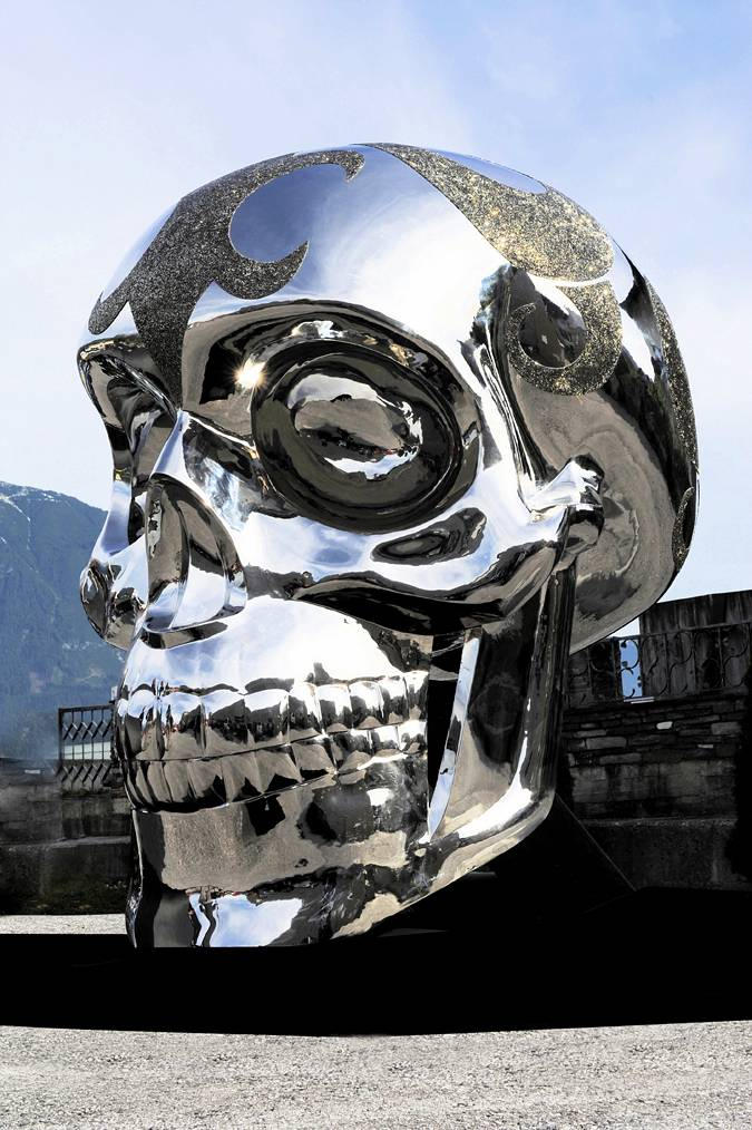 DIE TO LIVE – 2.5 METER SKULL IN MIRROR POLISHED STAINLESS STEEL WITH SWAROVSKI CRYSTAL BY MICHAEL BENISTY 1