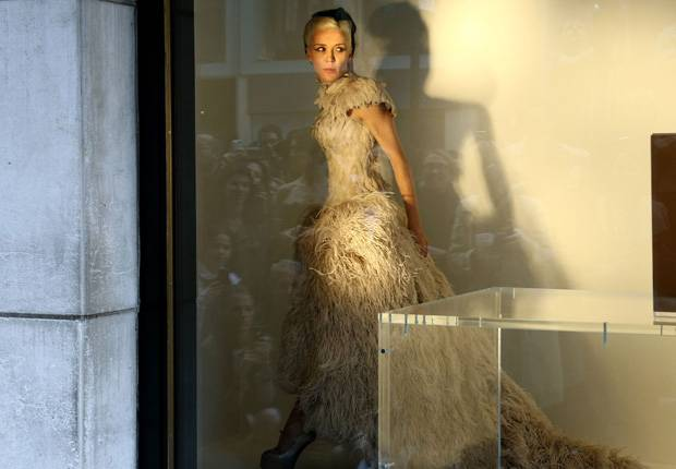 Daphne-Guinness-Will-Be-A-Store-Mannequin-Again…-At-Printemps-In-Paris_