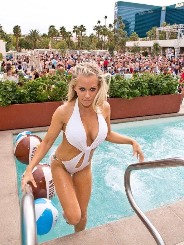 Kendra Wilkinson-Baskett_Pool_WET REPUBLIC