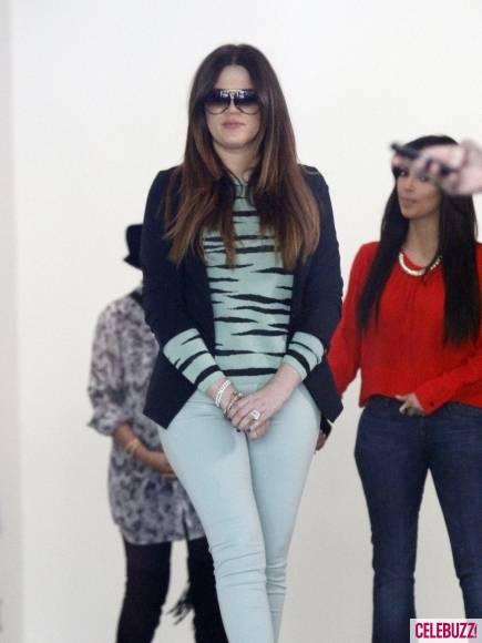 Kim-Kourtney-Khloe-Kardashian-Visit-New-Dash-Location-1-435x580