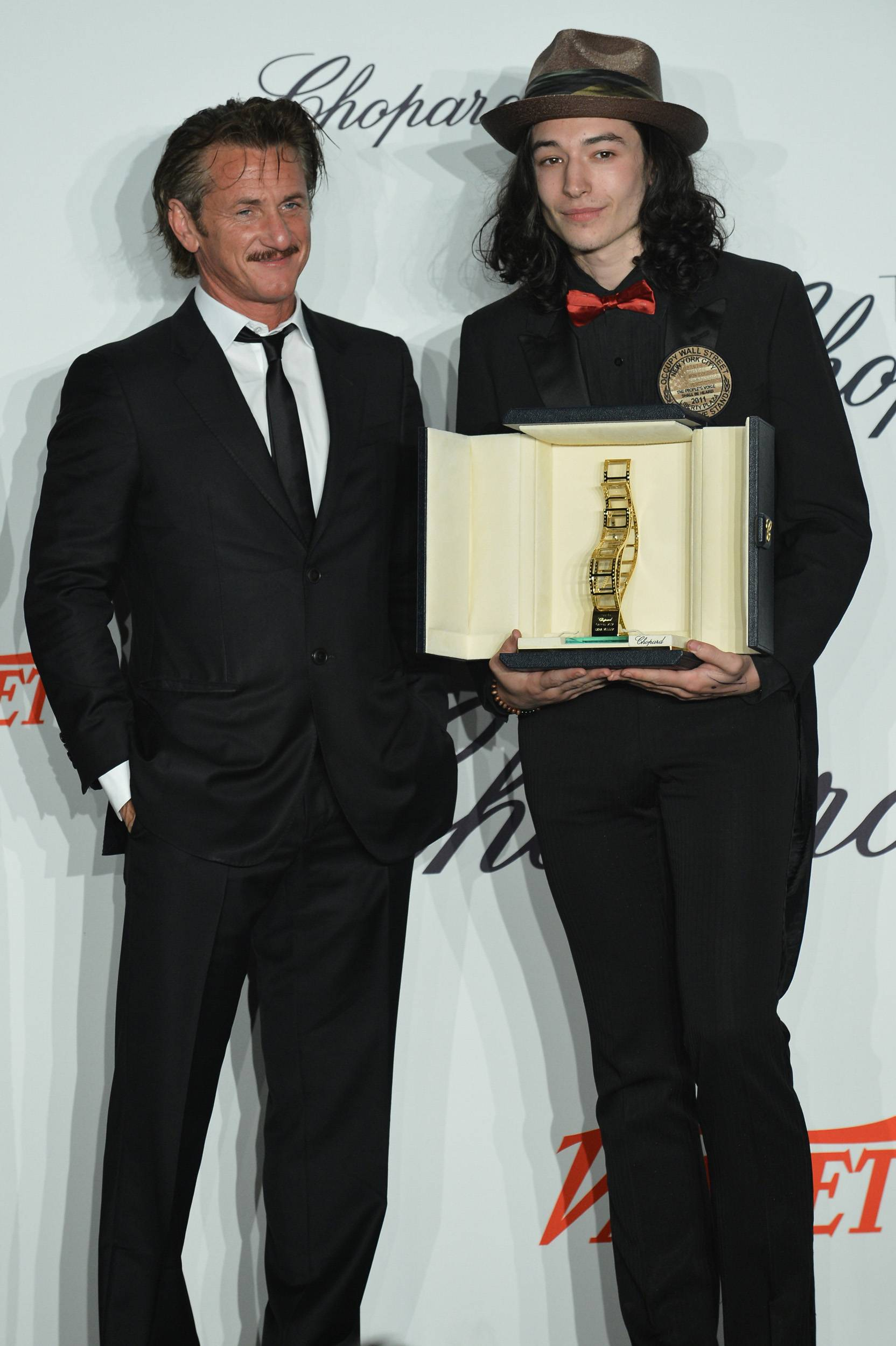 Sean_Penn_and_Ezra_Miller_01