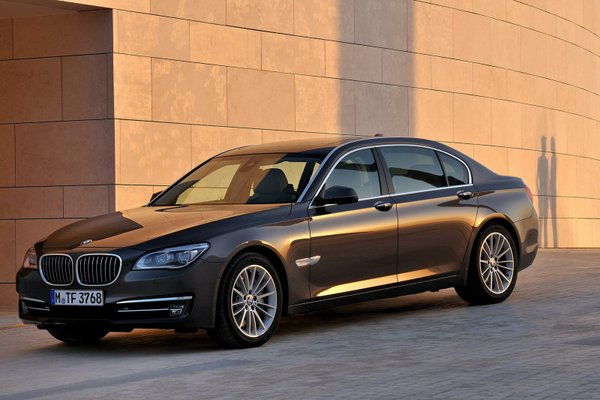 New-BMW-7-Series-with-revised-engines-and-new-Tri-Turbo-diesel-set-unveiled-Photos-9