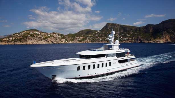 helix-yacht-running
