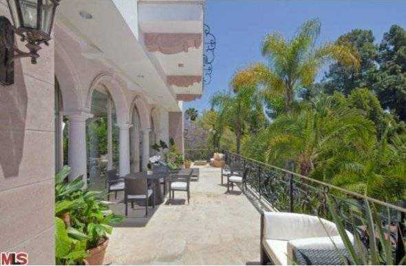 and-multiple-terraces-perfect-for-enjoying-the-balmy-la-weather