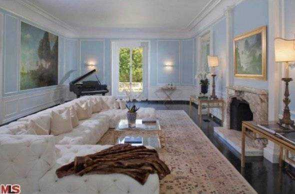 marciano-seems-to-have-had-a-thing-for-white-furniture