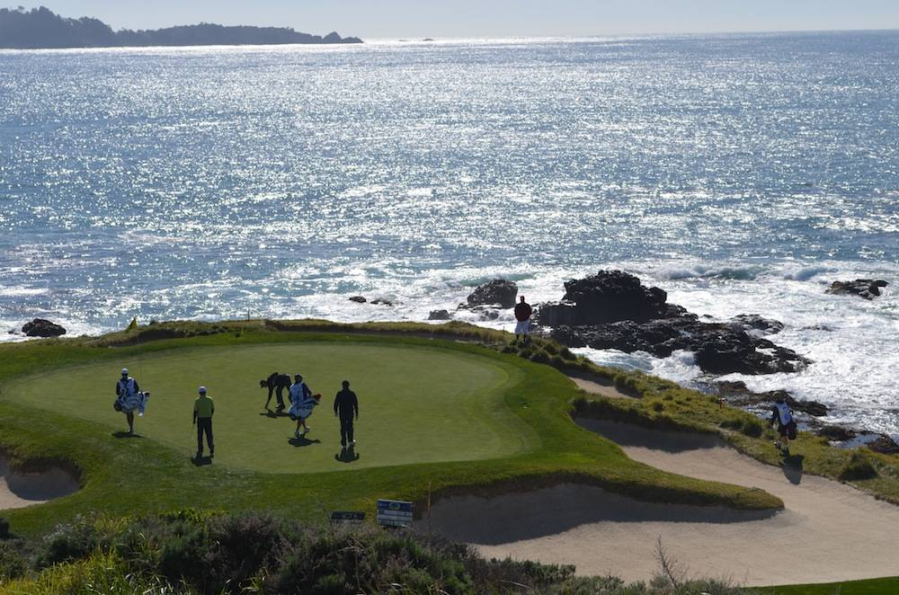 The 6th green on the edge of the ocean