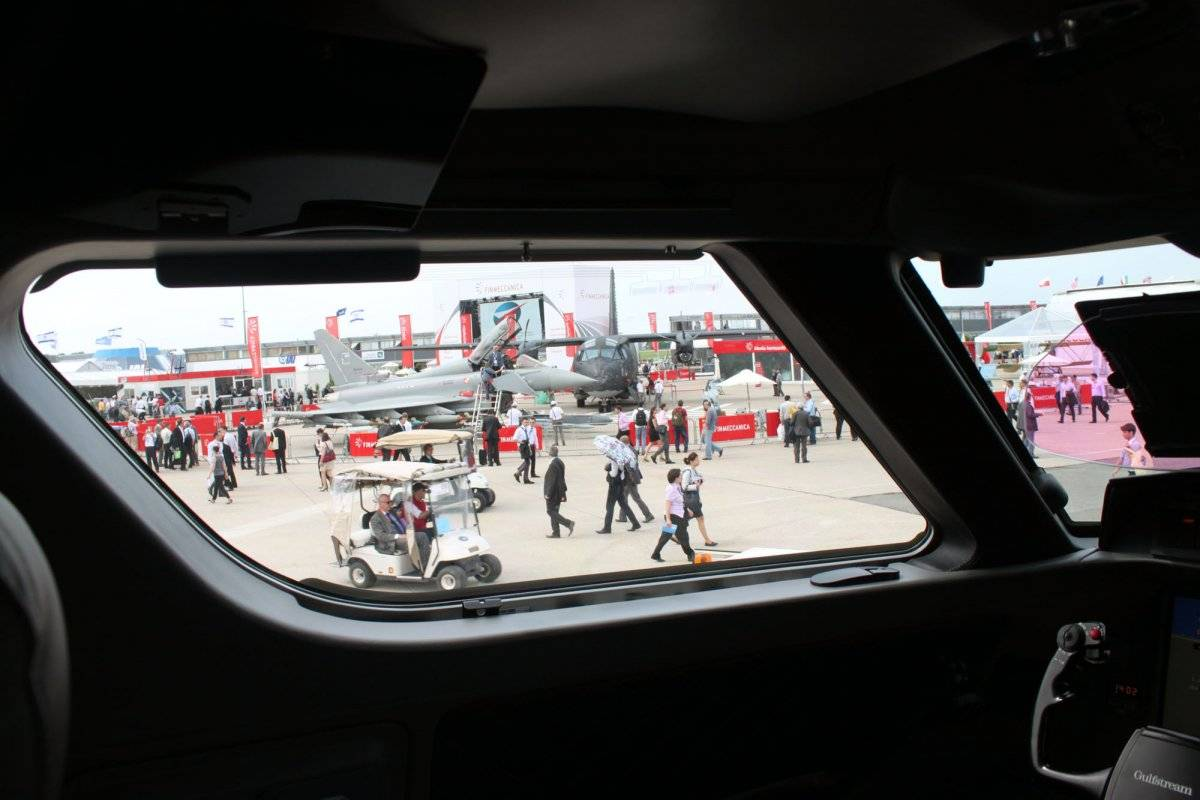 big-windows-in-the-cockpit-allow-the-pilots-to-see-the-tips-of-the-planes-wings-helpful-for-navigating-on-the-ground