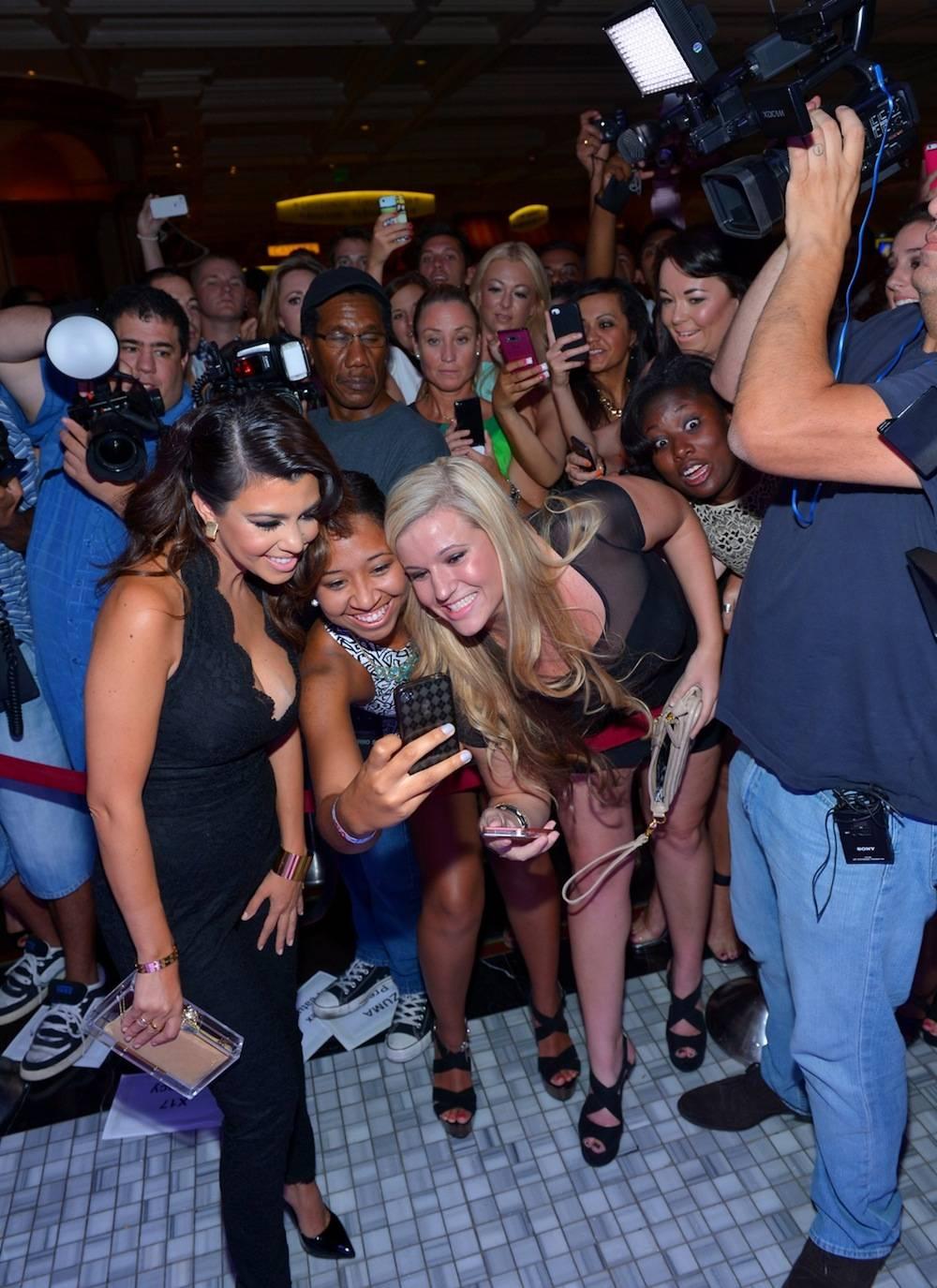 Kourtney Kardashian w fans at Hyde Bellagio, Las Vegas, 8.31.13, credit-Bryan Steffy, GettyWireImage