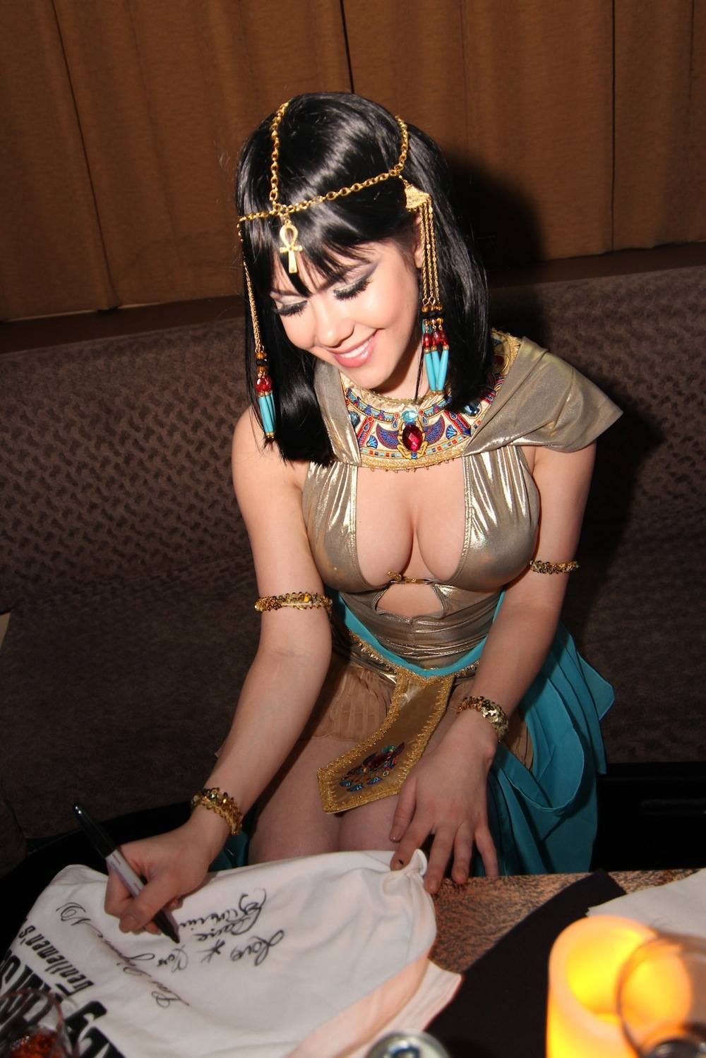Claire Sinclair signing Crazy Horse III T-Shirt