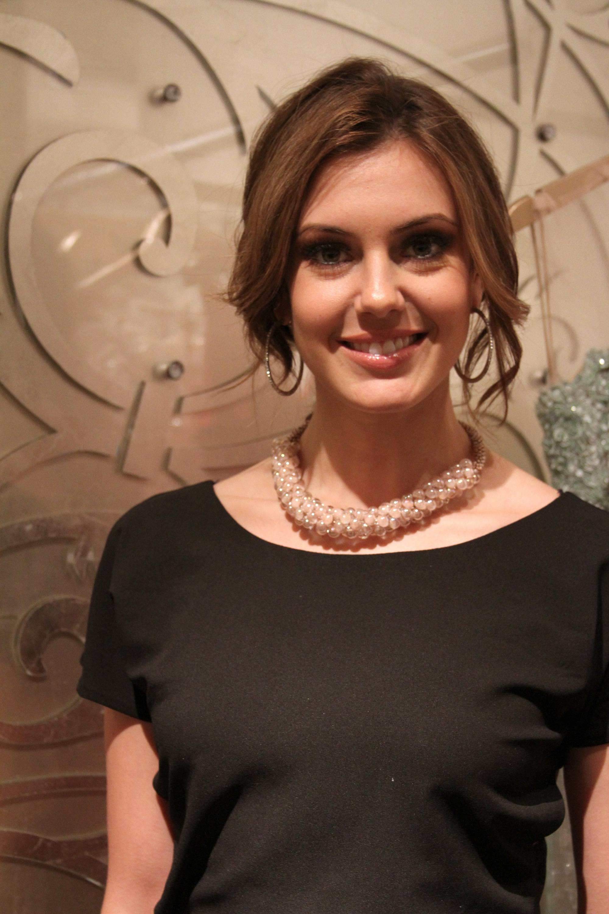 MISS USA 2013 ERIN BRADY IN NUDE PEARL SKY NECKLACE