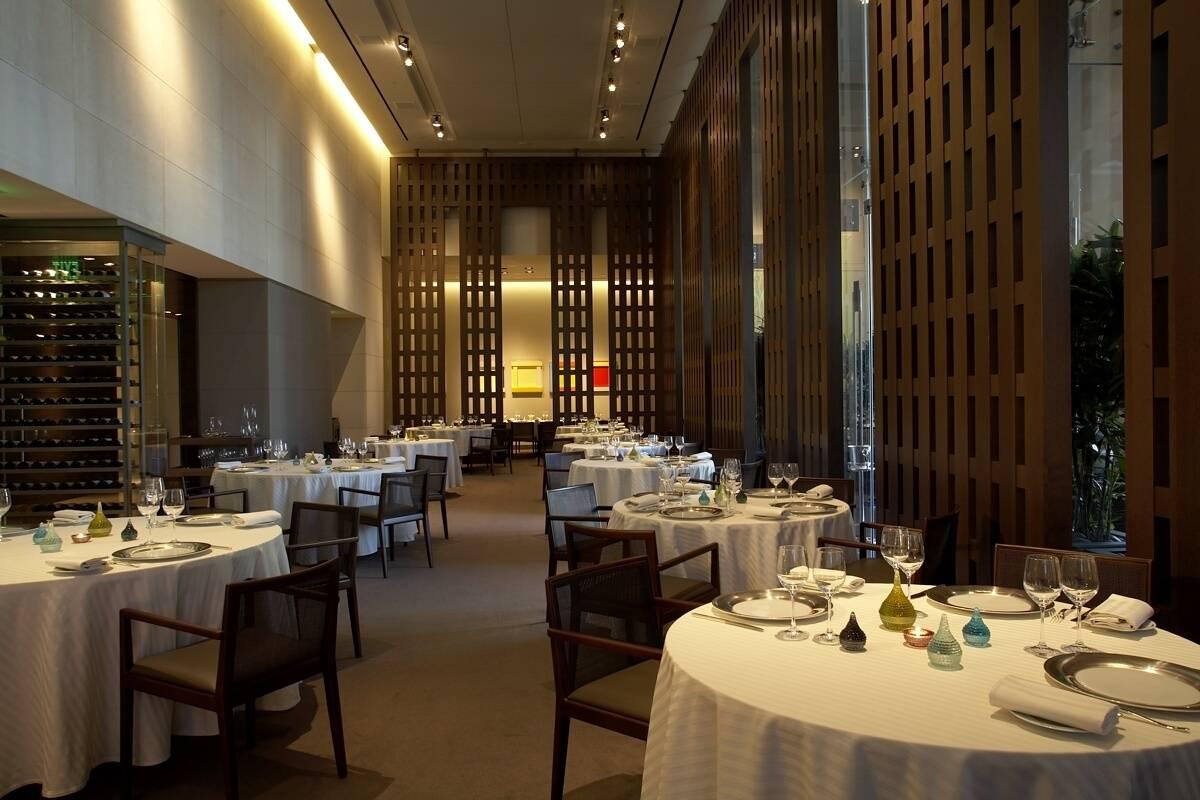 Restaurant Guy Savoy Dining room wide 2