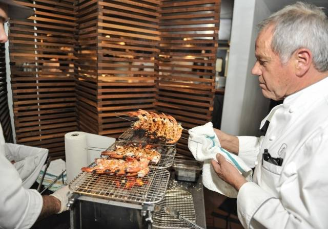 Wolfgang Puck prepares grilled shrimp. Photos: Matt Carter/LV Action Images