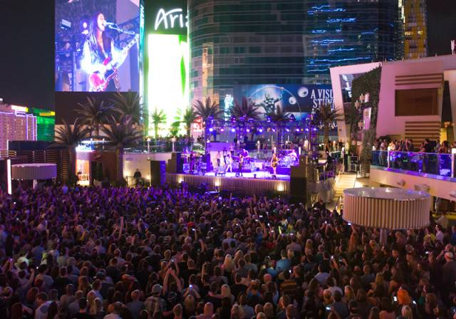 HAIM Performs at Boulevard Pool at The Cosmopolitan of Las Vegas April 17_kabik-19