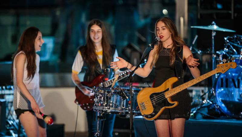 HAIM Performs at Boulevard Pool at The Cosmopolitan of Las Vegas April 17_kabik-401