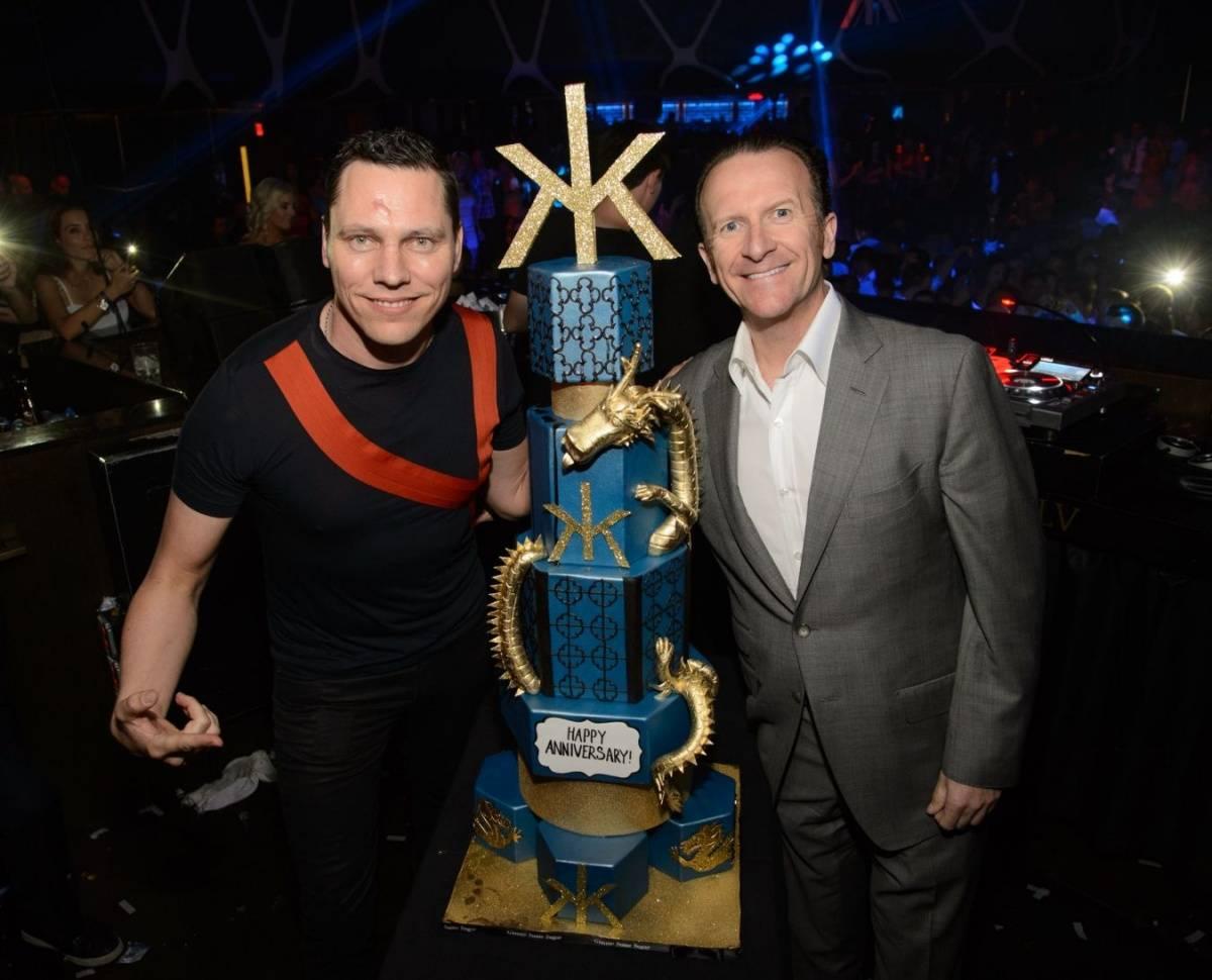Neil Moffitt and Tiesto_Anniversary Cake_Hakkasan Las Vegas Nightclub