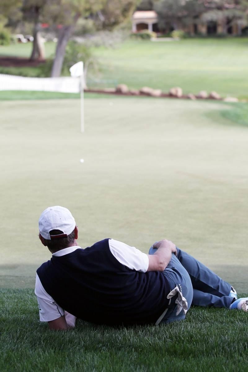 Wayne Gretzky faking a nap on 18th green at MJCI.jpg