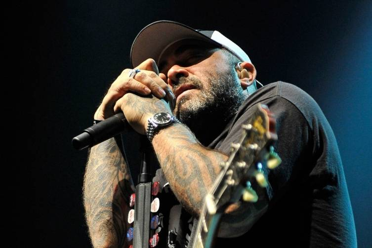 496895917DB006_Staind_Perfo
