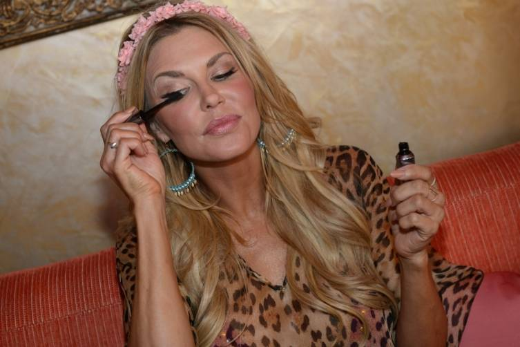 Brandi Glanville Applying Benefit Cosmetics Mascara