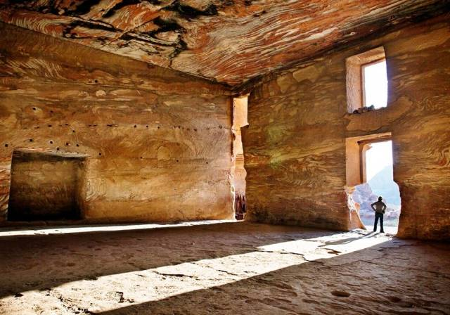 tomb-of-urn-petra-jordan_55782_990x742