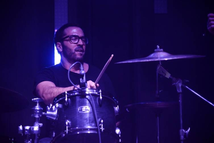 Jeremy Piven playing the drums at The Sayers Club. Photos: Powers Imagery