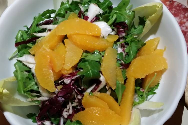 Endive and mixed greens salad with orange slices
