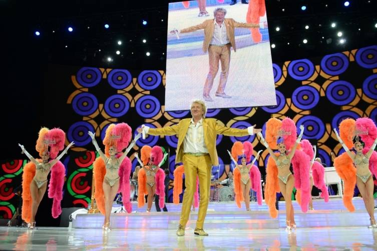 Rod Stewart on stage with the Jubilee showgirls to celebrate 100 shows.