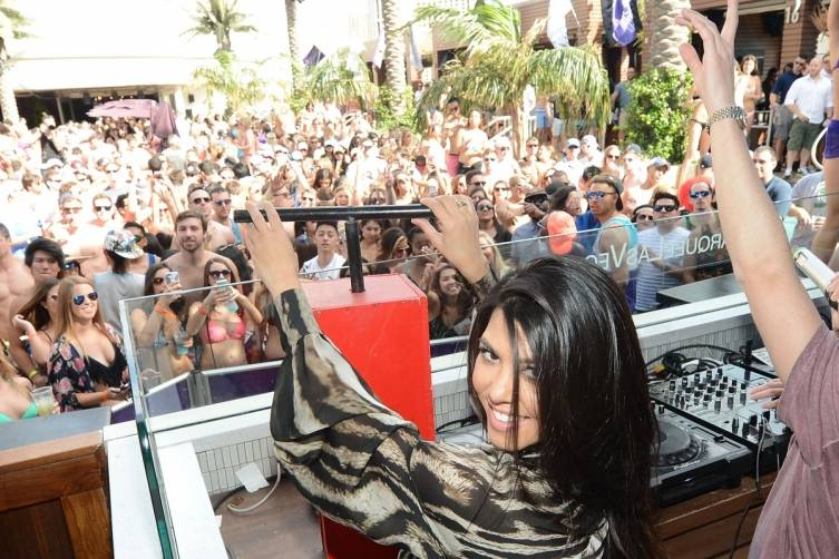 Kourtney Kardashian sets off fireworks_Marquee Dayclub