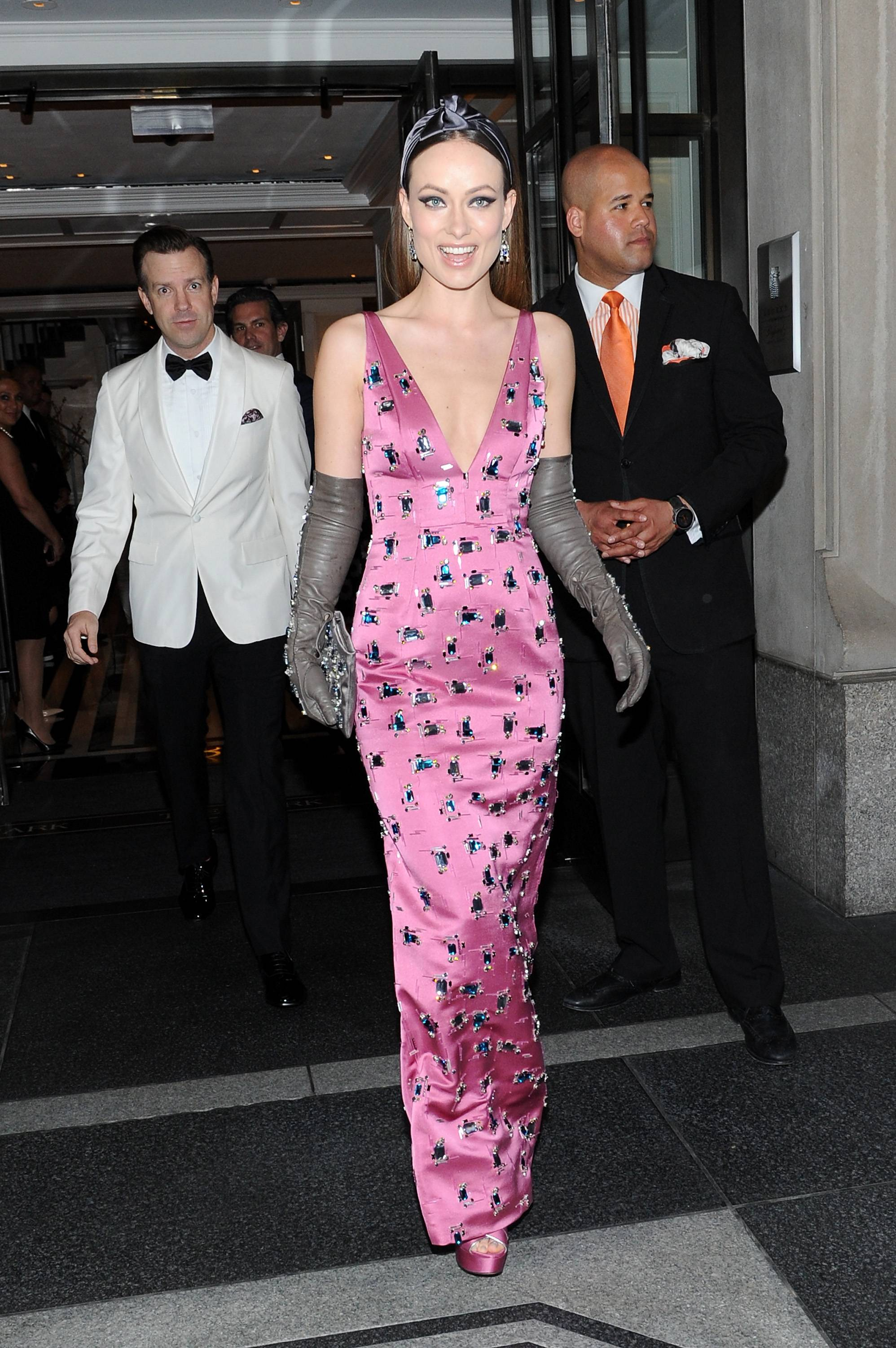 NEW YORK, NY - MAY 04: Olivia Wilde (R) and Jason Sudeikis depart The Mark Hotel for the Met Gala at the Metropolitan Museum of Art on May 4, 2015 in New York City.  (Photo by Andrew Toth/Getty Images for The Mark Hotel)