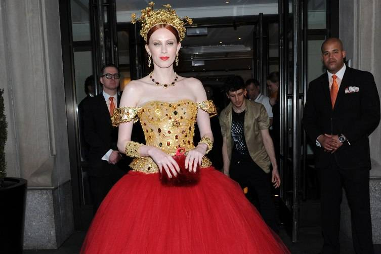 NEW YORK, NY - MAY 04:  Karen Elson departs The Mark Hotel for the Met Gala at the Metropolitan Museum of Art on May 4, 2015 in New York City.  (Photo by Andrew Toth/Getty Images for The Mark Hotel)