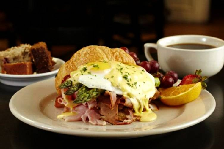 Weekend brunch at Bread Winners Uptown Dallas is the perfect way to start your weekend
