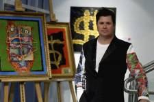 Jim Wheat pictured with his latest Dollarsandart collection, Heroe$ and Villian$.