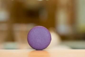 violet-black-currant-macaron