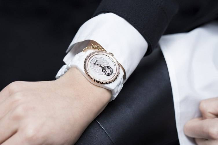 wpid-Chanel-J12-Flying-Tourbillon-White-Watch-Baselworld-2015-wrist.jpg