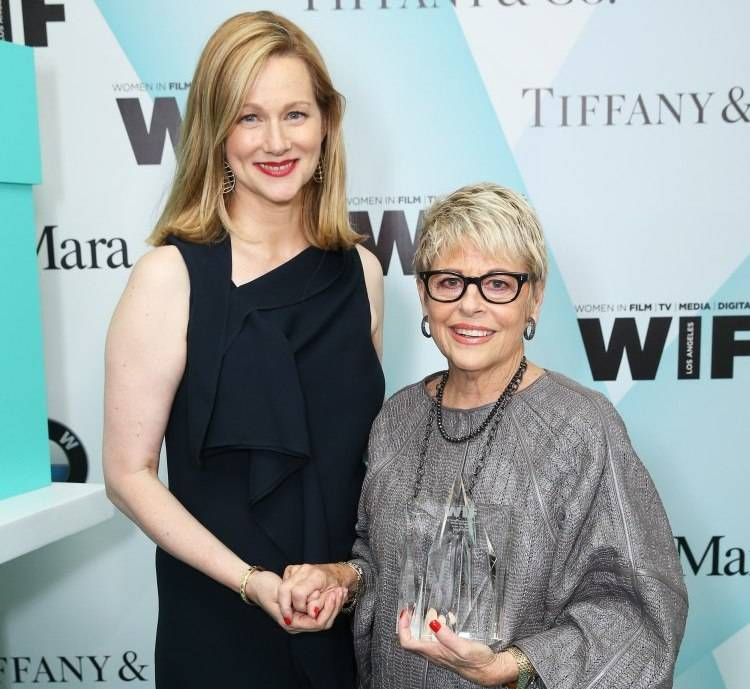 Laura Linney (L) and honoree Toni Howard