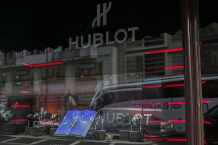 wpid-Hublot-Fluorescent-Fusion-Exhibition-Windows-at-Harrods-2015.jpg