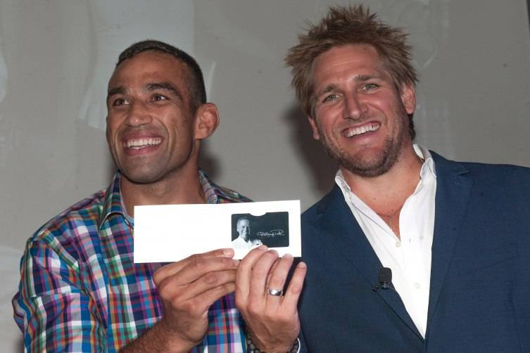 Curtis Stone presenting the winner, Fabricio Werdum with a gift card to Wolfgang Puck's Cut steakhouse at The Palazzo Las Vegas